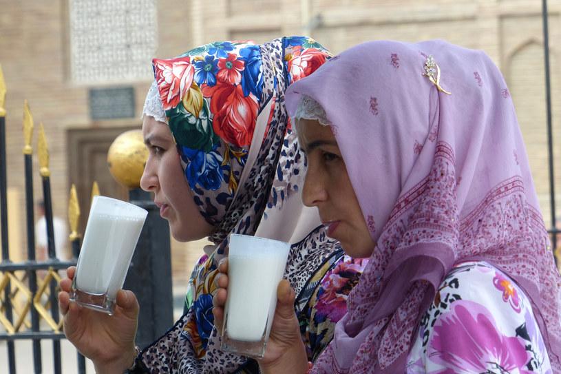 Chodżent, Tadżykistan. Moda na tak szczelnie zakrywające włosy, dwuwarstwowe chusty przyszła do Azji Środkowej z innych krajów muzułmańskich w latach 90. XX wieku. Hołdują jej tylko kobiety z bardzo tradycyjnych muzułmańskich rodzin, najczęściej Uzbeczki. /Styl.pl