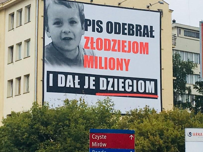 """Chodzi o billboardy PiS z hasłem """"PiS odebrał złodziejom miliony i dal je dzieciom"""" /East News"""