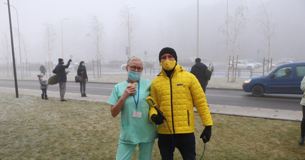 Choinki dla medyków przed Szpitalem Uniwersyteckim w Krakowie