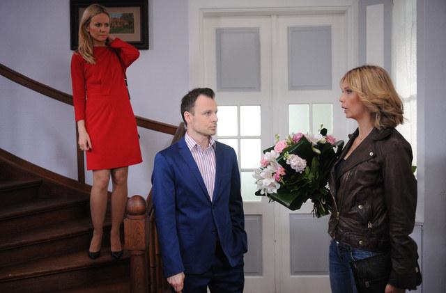 Chojnicki (Daniel Zawadzki) ukrywa przed ciężarną żoną (Magdalena Stam, z lewej), że będzie mieć dziecko także z kochanką (Magdalena Górska). /Agencja W. Impact