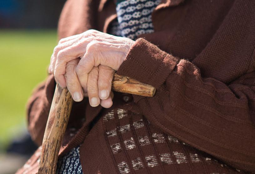 Chora na Alzheimera kobieta ma coraz większe problemy z normalnym funkcjonowaniem. Nie pamięta nawet, że 45 lat temu wzięła ślub/ zdj. poglądowe /123RF/PICSEL