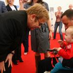 Chora na HIV prosi Eltona Johna o rezygnację z adopcji