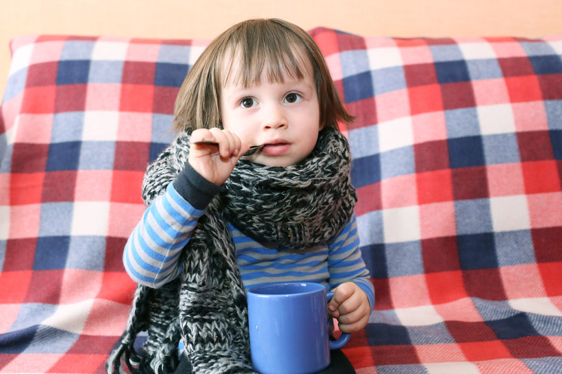 Chore dziecko zwykle zaczyna też wysoko gorączkować, nie ma apetytu i jest osłabiony /123RF/PICSEL