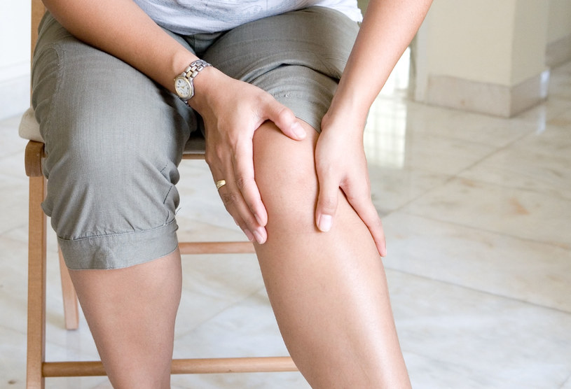 Chore kolano boli bardziej przy schodzeniu ze schodów niż wchodzeniu /123RF/PICSEL