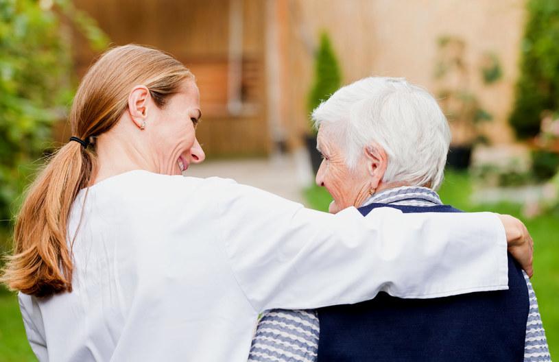 Choroba Alzheimera jest jednym z tzw. schorzeń otępiennych. W efekcie choroby stopniowo zanikają neurony (komórki nerwowe) w mózgu /123RF/PICSEL