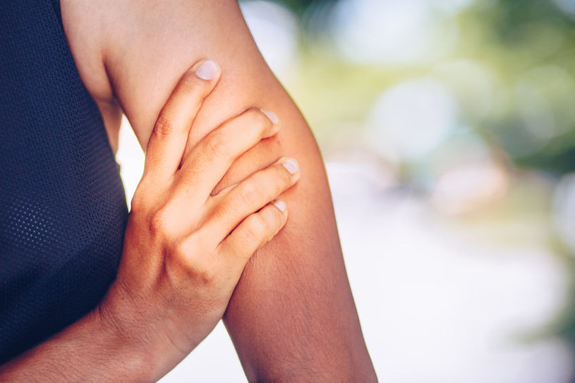 Choroba najpierw atakuje mięśnie ramion /123RF/PICSEL