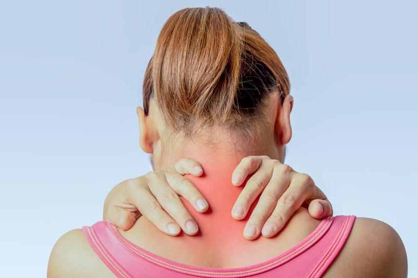 Choroba najpierw atakuje mięśnie szyi i karku /123RF/PICSEL