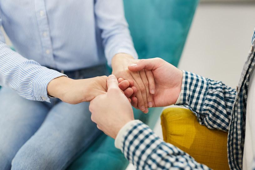 Choroba w rodzinie to trudny sprawdzian dla więzi, które łączą jej członków /123RF/PICSEL