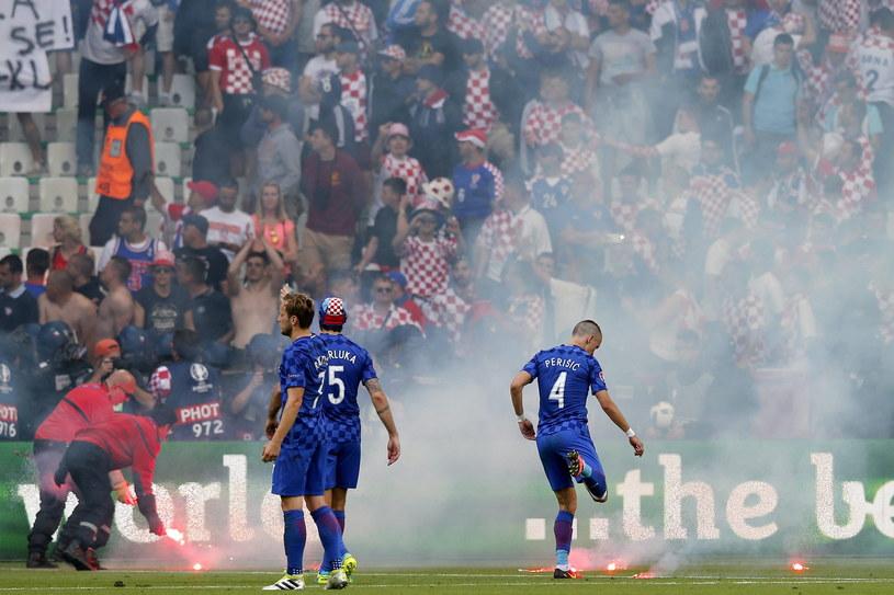 Chorwaccy piłkarze apelują do kibiców o spokój podczas meczu z Czechami /PAP/EPA