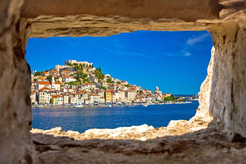 Chorwacki Szybenik to tętniące życiem artystycznym i kulturalnym miasto z zapierającymi dech widokami /123RF/PICSEL