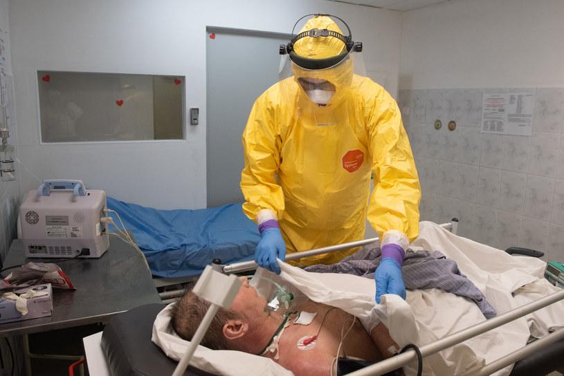 Chory na COVID-19 w szpitalu Bródnowski w Warszawie /Filip Błażejowski /Agencja FORUM