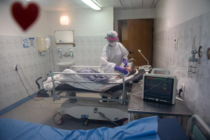Chory na COVID-19 w szpitalu Bródnowskim w Warszawie, zdjęcie ilustracyjne /Filip Błażejowski /Agencja FORUM
