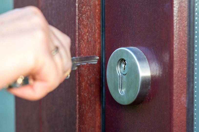 Chory nawet kilkanaście razy dziennie musi sprawdzić, czy drzwi są zamknięte /123RF/PICSEL