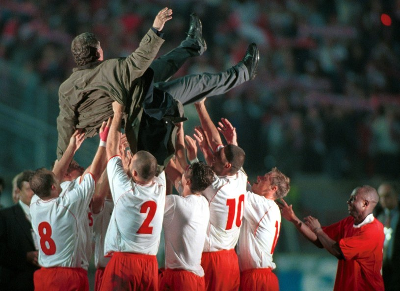 Chorzów, 2001 rok. Jerzy Engel w górze, Polacy wywalczyli awans na mundial /Rafał Klimkiewicz/REPORTER /