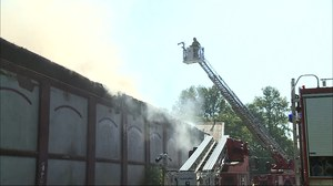 Chorzów: Pożar hali i warsztatu samochodowego. Kłęby dymu