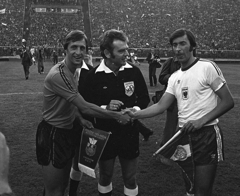 Chorzów, rok 1975. Kazimierz Deyna (z prawej) i Holender Johan Cruyff /East News /East News