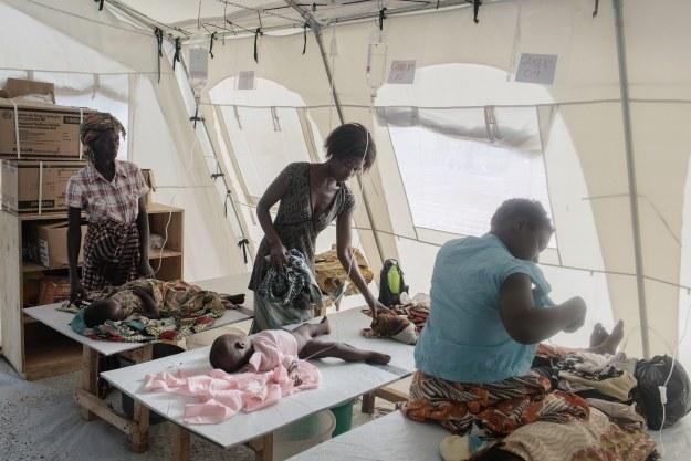 Chorzy na cholerę w Mozambiku /AFP