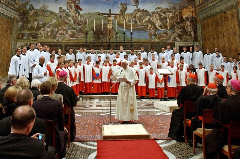 Chórzyści z Regensburger Domspatzen podczas występu dla papieża Benedykta XVI, zdjęcie archiwalne z 2005 roku /OSSERVATORE ROMANO ARTURO MARI / AFP /AFP
