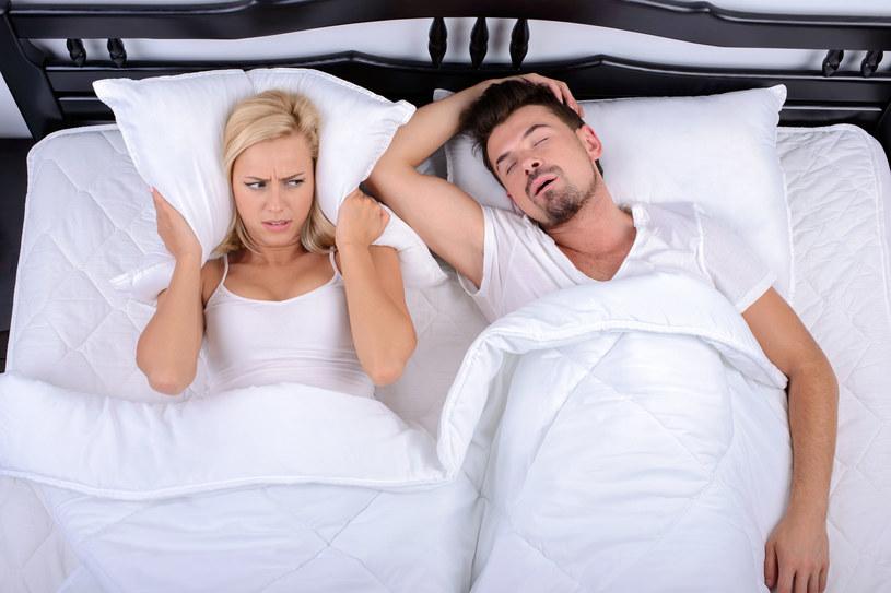 Chrapanie utrudnia spokojny sen nie tylko osobie chrapiącej, ale i jej partnerowi /123RF/PICSEL