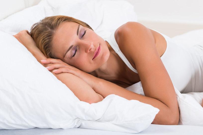 Chrapiesz? Wybierz wyższą poduszkę, to zapobiegnie bezdechowi /123RF/PICSEL