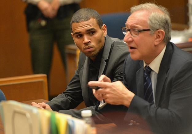 Chris Brown i prawnik Mark Geragos w sądzie fot. Alberto E. Rodriguez /Getty Images/Flash Press Media