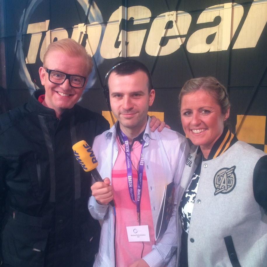 """Chris Evans, nowy gospodarz """"Top Gear"""", Michał Dobrołowicz, dziennikarz RMF FM  i Sabine Schmitz, nowa prowadząca """"Top Gear"""" /Michał Dobrołowicz /RMF FM"""