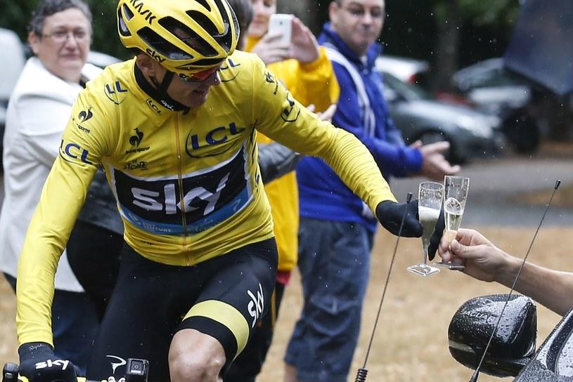 Chris Froome pije szampana na trasie ostatniego etapu Tour de France /AFP