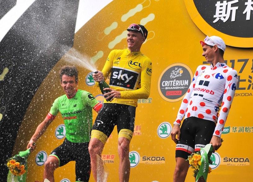 Chris Froome po wygraniu chińskiego etapu TdF w Szanghaju, z lewej Rigoberto Uran z Kolumbii, z prawej Francuz Warren Barguil. /AFP