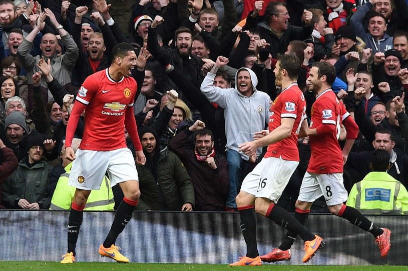 Chris Smalling (z lewej) cieszy się po zdobyciu bramki w derbach z Manchesterem City /AFP