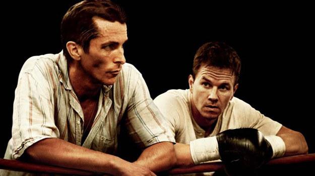 """Christian Bale i Mark Wahlberg w scenie z filmu """"Fighter"""" /materiały prasowe"""