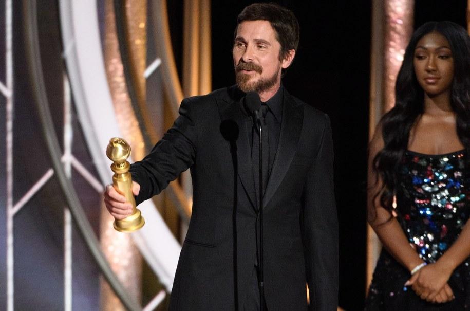 Christian Bale ze statuetką /HFPA / HANDOUT /PAP/EPA