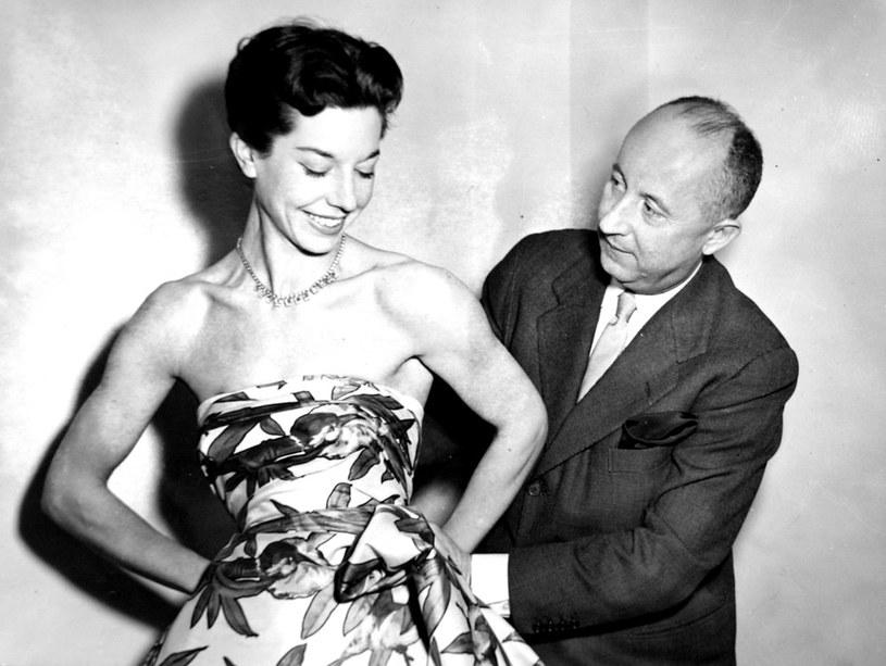 Christian Dior podczas pracy w 1952 roku /East News