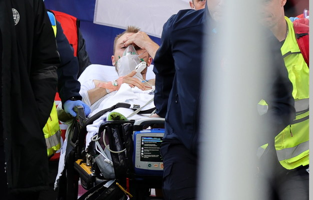 Christian Eriksen wynoszony ze stadionu przez ratowników medycznych /Friedemann Vogel /PAP/EPA