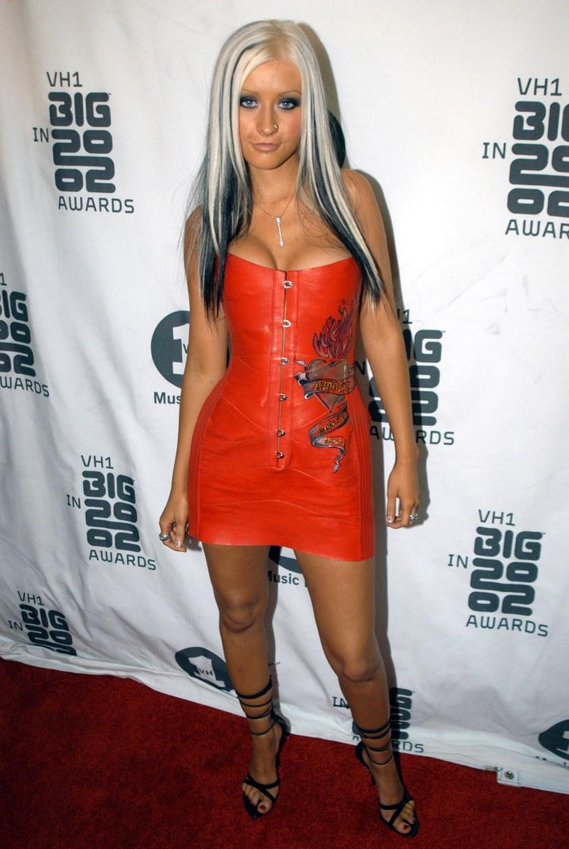 Christina Aguilera wielu osobom kojarzy się właśnie z cienkimi brwiami /Jeff Kravitz /Getty Images