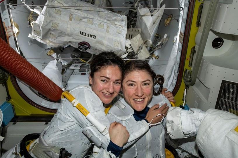 Christina Koch i Jessica Meir tuż przed opuszczeniem pokładu /NASA