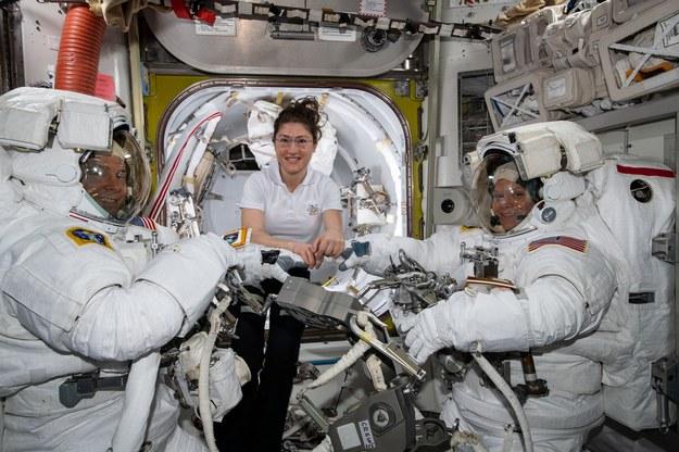 Christina Koch (w środku) asystuje Nickowi Hague (po lewej) i Anne McClain (po prewej) przed ich pierwszym spacerem kosmicznym, w miniony piątek 22 marca 2019 roku. /NASA /Materiały prasowe