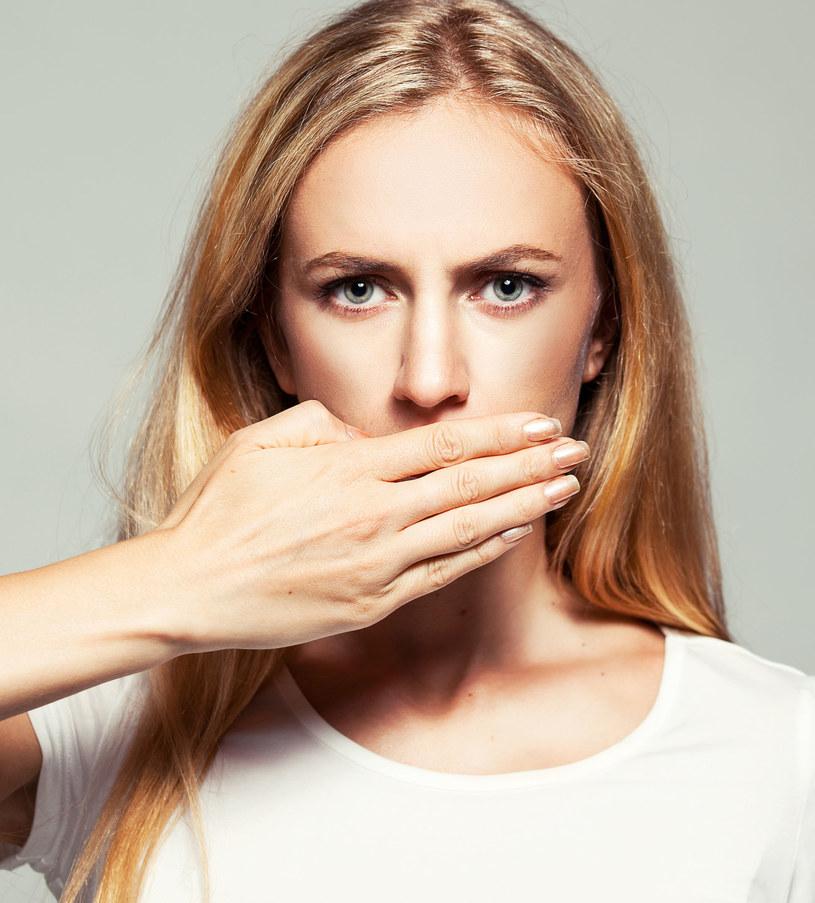 Chroń usta przed promieniowaniem UV, zarówno latem, jak i zimą. Używaj pomadki z filtrem UV, najlepiej SPF 50. Smaruj usta pomadką co 2 godziny /123RF/PICSEL