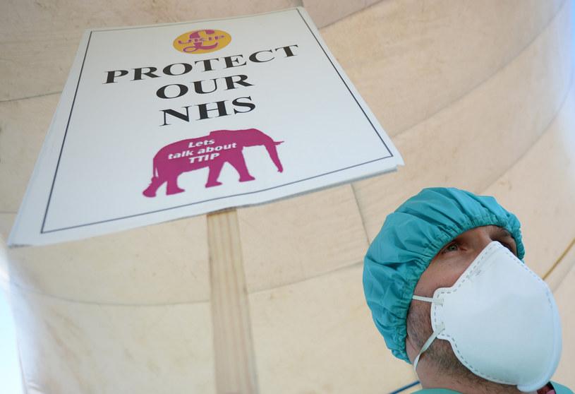 """""""Chrońcie naszą służbę zdrowia"""" /Nigel Roddis /AFP"""