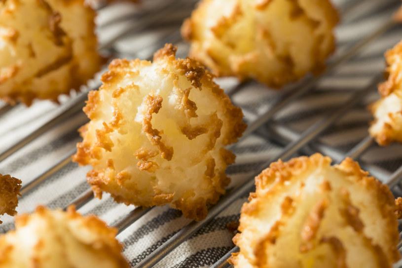 Chrupiące kokosanki to przysmak, który smakuje nam nie tylko w święta /123RF/PICSEL