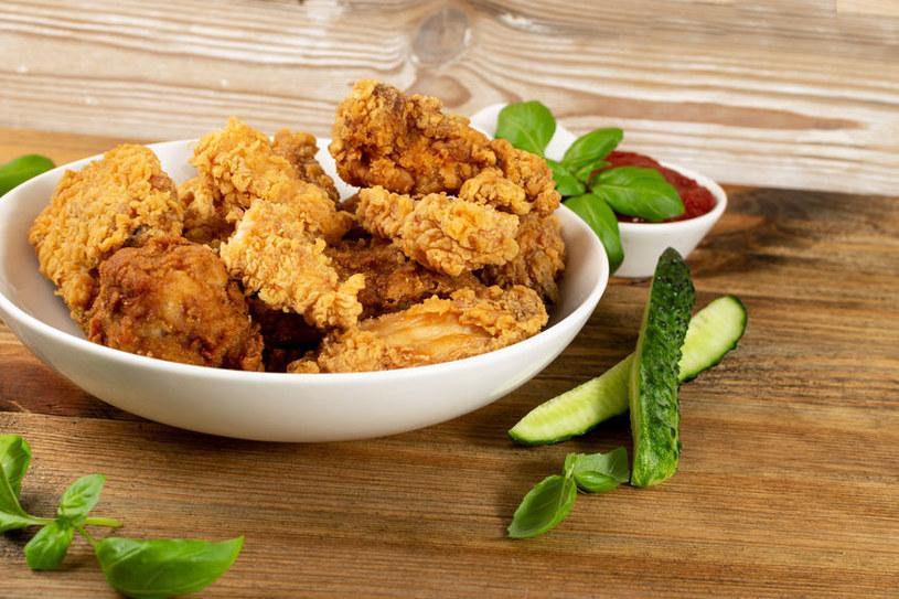 Chrupiące skrzydełka z kurczaka są niezykle sycącą przekąską /123RF/PICSEL