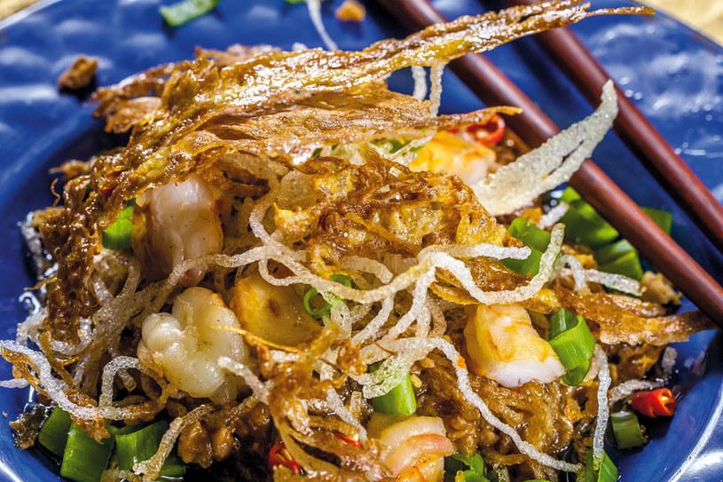 Chrupiący makaron ryżowy z krewetkami (mee krob kung) /materiały prasowe