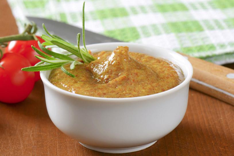 Chrzan, musztarda, chilli, ocet, sól i pieprz, zwiększają wydzielanie soków żołądkowych i drażnią błonę śluzową przewodu pokarmowego. Dlatego są niewskazane w diecie odciążającej układ pokarmowy /123RF/PICSEL