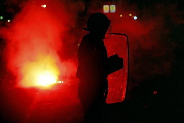 Chuligani zaatakowali policjantów na katowickim dworcu /AFP