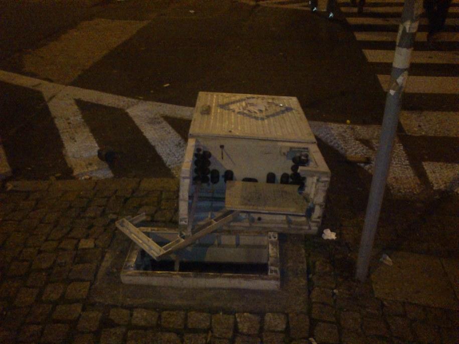 Chuligani zniszczyli znaki  drogowe i wyrywali kostkę brukową /Krzysztof Berenda /RMF FM