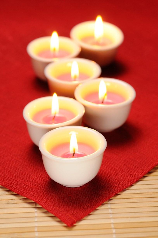 Chwila nieuwagi przy świątecznym stole i wosk może wylać się na obrus /123RF/PICSEL