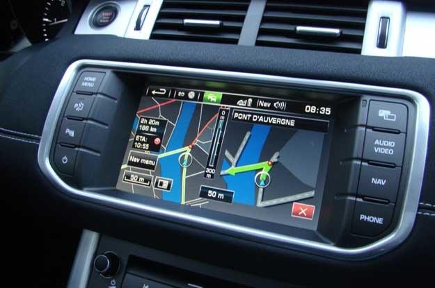 Chwila relaksu - gdy kierowca obserwuje wskazania nawigacji... /INTERIA.PL