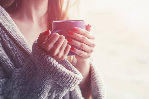 Chwila spokoju z filiżanką aromatycznej kawy sprawi, że poczujemy się odprężone /123RF/PICSEL