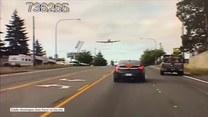 Chwile grozy na ruchliwej ulicy. Awaryjne lądowanie samolotu sportowego