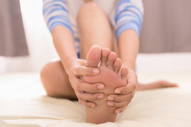 Chwilową ulgę przynoszą spacery, joga, rozciąganie /123RF/PICSEL