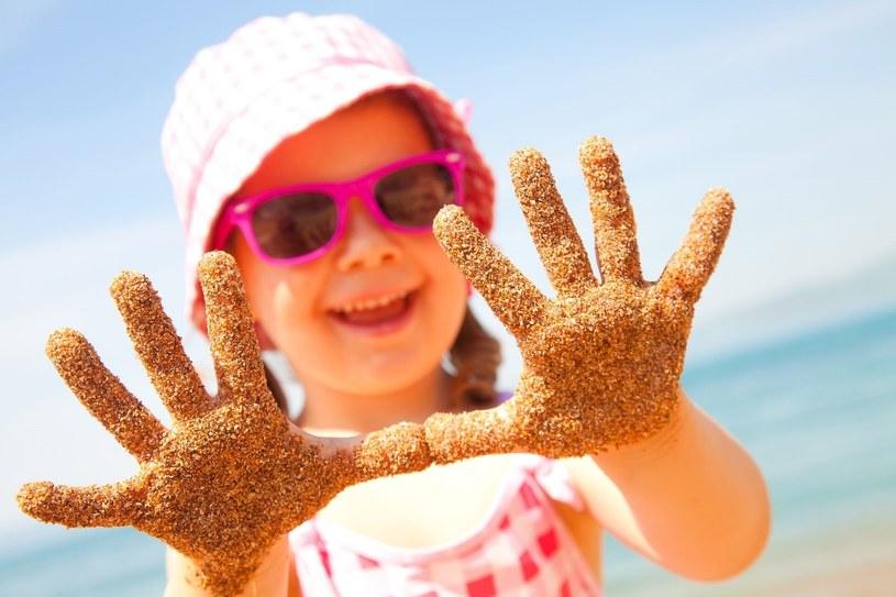"""Chyba nikt nie wyobraża sobie wyjścia na plażę z dziećmi bez """"zestawu obowiązkowego"""", jakim są foremki, wiaderko, łopatka i grabki /123RF/PICSEL"""